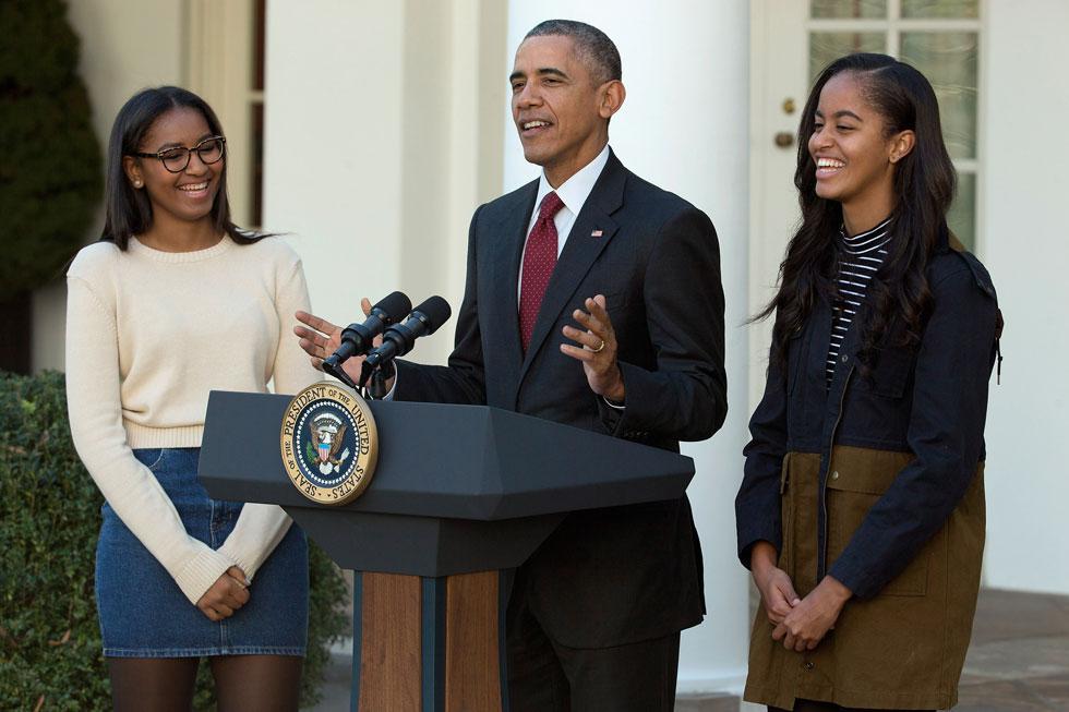 """""""הלחץ להיראות טוב תמיד היה קשה יותר על נשים אפרו-אמריקאיות מאשר על כל אישה אחרת"""". ברק אובמה עם בנותיו סשה ומליה (צילום: Gettyimages)"""