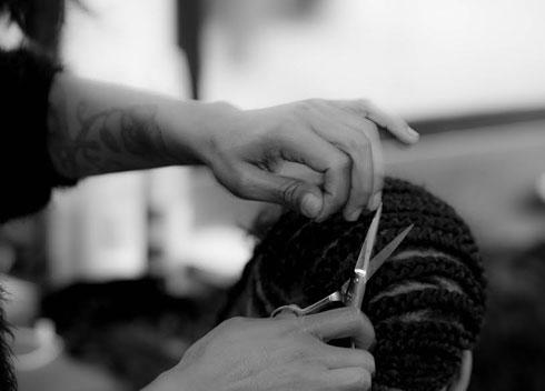 שיטת התפירה: קולעים צמות צמודות לקרקפת שעליהן נתפרות התוספות, ומסביב משאירים מסגרת של שיער טבעי (צילום: יוסי כהן)