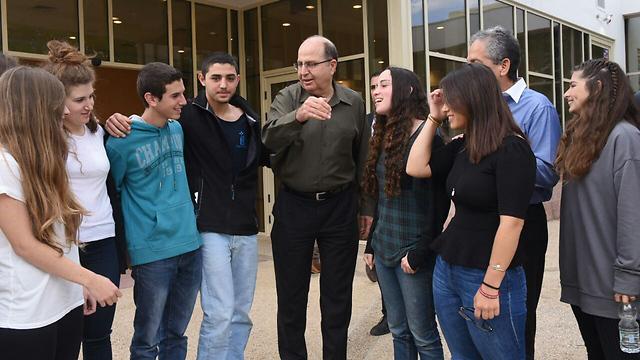 Defense Minister meets with students in Kfar Blum (Photo: Aviyahu Shapira)