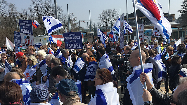 Pro-Israel rally outside the Palace of Nations in Geneva (Photo: Eldad Beck)