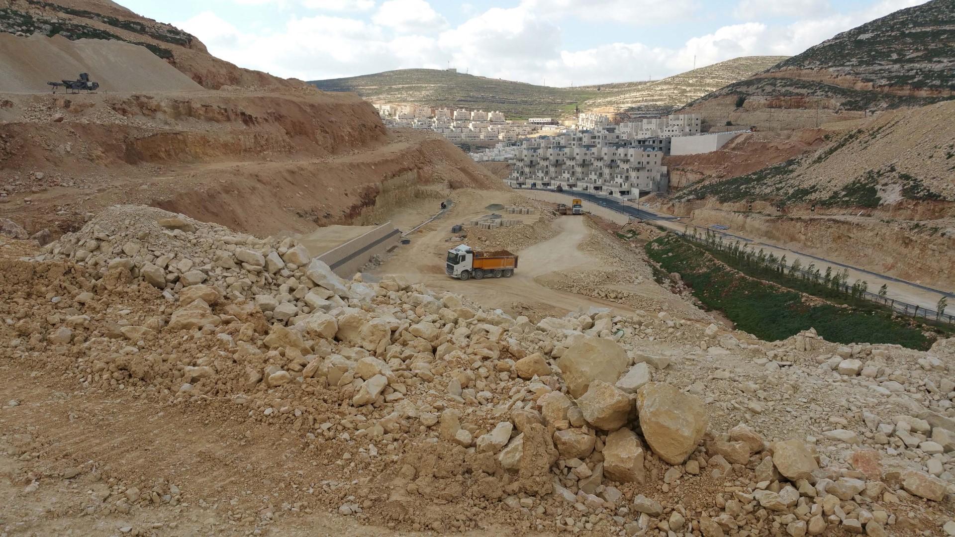 עבודות בשטח ביישוב גבעת זאב  (צילום: חברת נופי ישראל)