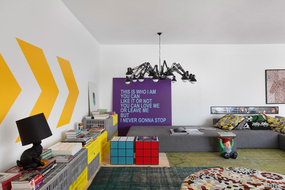 טקסטיל, פלסטיק ושילובים של צורות וצבעים יוצרים חגיגה של צבע, צורה וקלילות צעירה. דירה בברזיל בעיצוב Studio Guilherme Torres. צילום: Denilson Machado (באדיבות רחל סלע בית בדמותך)