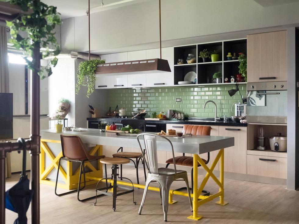 כיסאות מגוונים משרים קלילות ושמחה כאשר הם מוצבים סביב אי מטבח צהוב-אפור. דירה בטייוואן, בתכנון House Design studio. צילומים: Hey! Cheese (באדיבות רחל סלע בית בדמותך)