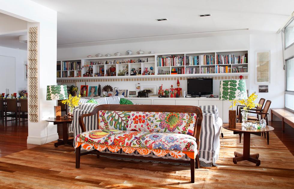 חגיגה של שילובים טקסטיליים ואוספים בדירתה של מעצבת האופנה Isabela Capeto בריו דה ז'נרו. אדריכלים: Ouriço Arquitetura. צילום: MCA Studio (באדיבות רחל סלע בית בדמותך)