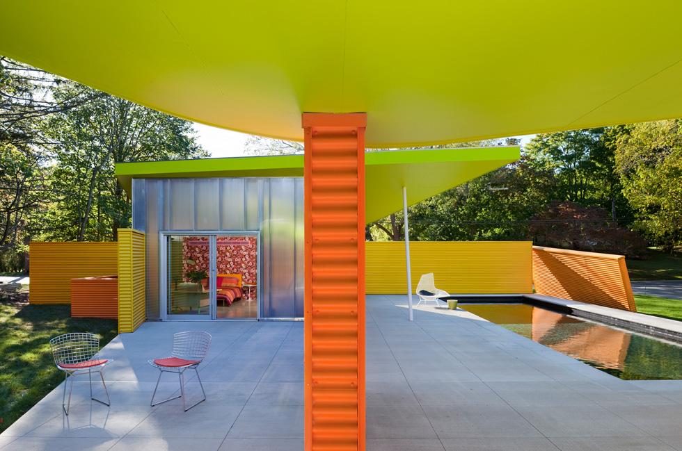 אפשר להשתמש בצבעים עזים זה לצד זה ובלבד שהמקום מואר מאוד, רצוי בחוץ. בית בתכנון  Stamberg Aferiat+ Associates, New York. צילומים: Paul Warchol (באדיבות רחל סלע בית בדמותך)