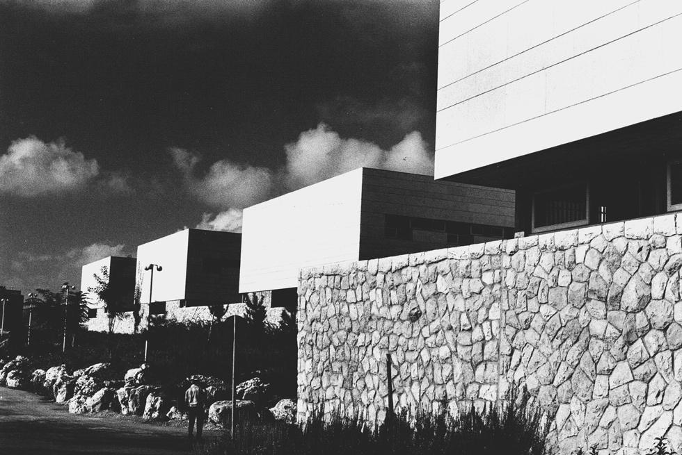 האדריכלים המקוריים גרעו בעקביות מהמסה המרכזית, ויצרו קומות מפולשות וחצרות פנימיות, הנעדרות מהבניין החדש (צילום: פאול גרוס, ארכיון אדריכלות ישראל)