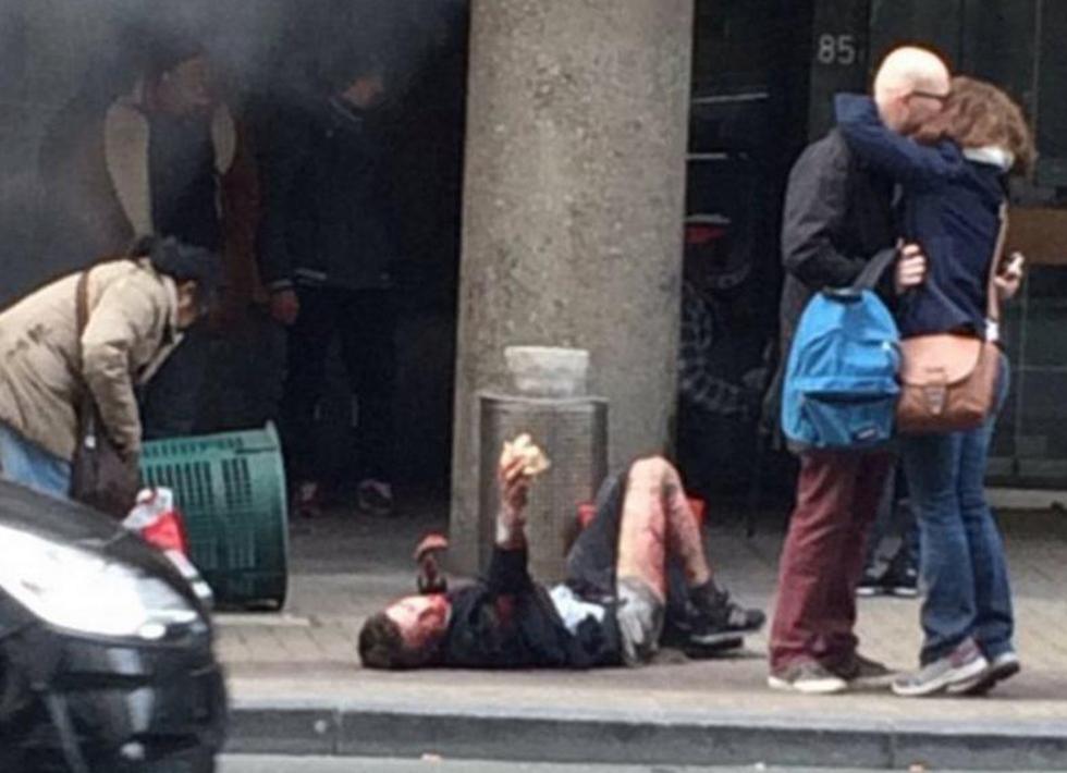 ליד תחנת המטרו שבה אירע אחד הפיגועים  ()