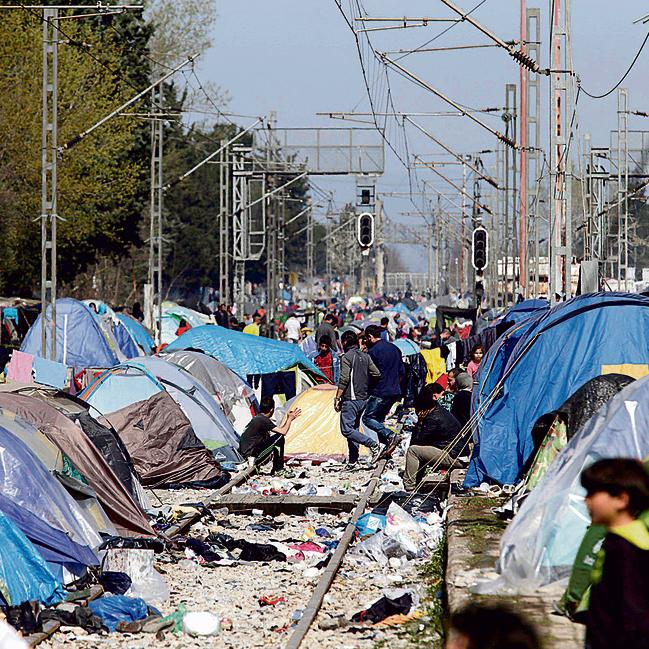 מחנה פליטים מאולתר ביוון,  בדרך לאיחוד האירופי.