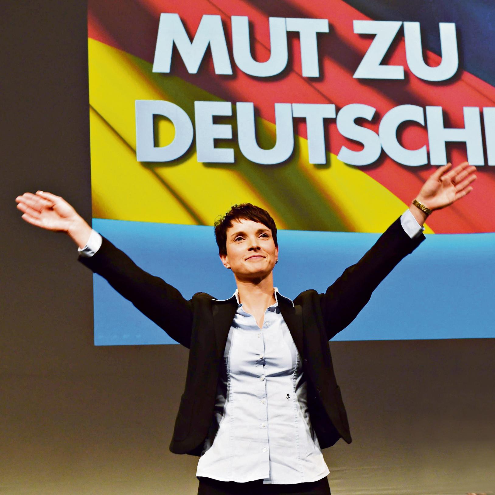 """פטרי בוועידת המפלגה. """"אנשים מפחדים להזדהות כימנים. ההאשמה בנאציות תמיד שם,  בכל רגע נתון בפוליטיקה הגרמנית. קשה לנהל ככה דיון ציבורי"""""""