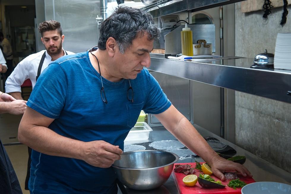 חיים כהן במטבח של יפו תל אביב (צילום: ירון ברנר)