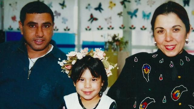 תאיר עם הוריה, אילנה ושמואל. סיפור שלא עוזב (באדיבות ערוץ 8, HOT) (באדיבות ערוץ 8, HOT)