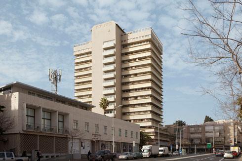 בית העיתונאים ע''ש סוקולוב ברחוב קפלן בתל אביב (משמאל). מאחוריו ייבנה מגדל (צילום: עמרי טלמור)