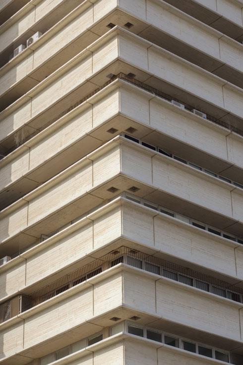 בית יכין. הבטון הוא החומר הגרוע ביותר לאורך זמן, מזהיר אדריכל השימור אמנון בר אור, וצריך לוודא שחומרי השימור שיוגדרו לא יהיו זהים למקור (צילום: עמרי טלמור)
