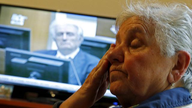 מיליונים שחוו את מלחמת בוסניה עקבו אחרי הקראת פסק הדין בטלוויזיה (צילום: רויטרס) (צילום: רויטרס)