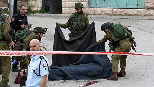 המחבל בחברון שנורה לאחר שנוטרל, היום (צילום: AFP)