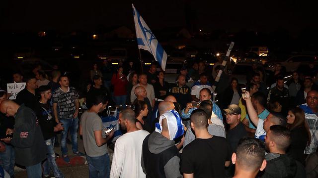מפגינים בצריפין, הערב  (צילום: מוטי קמחי)