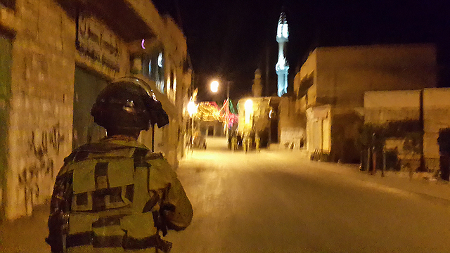 Kfir Brigade soldier on patrol in West Bank Arab village (Photo: Yoav Zeitun)