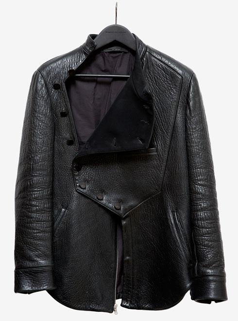"""ז'קט עור א-סימטרי בעיצובו של מיגל אנטואן. """"אם לא הייתי מקבל אותו במתנה, לא הייתי יכול להרשות אותו לעצמי"""" (צילום: ענבל מרמרי)"""