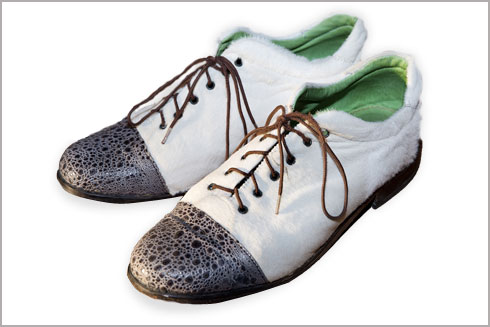 """נעליים מעור עם פרווה לבנה בעיצוב משותף של כחלני עם איתי כהן. """"זאת הפעם הראשונה שעיצבתי משהו"""" (צילום: ענבל מרמרי)"""