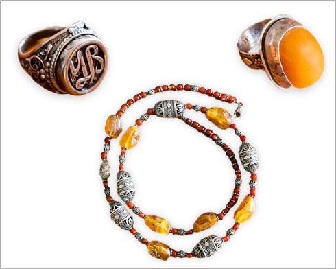 """תכשיטים של הצורף התימני בן ציון דוד. """"חלקם תכשיטי נשים מסורתיים שאני אוהב לשים על עצמי"""" (צילום: ענבל מרמרי)"""
