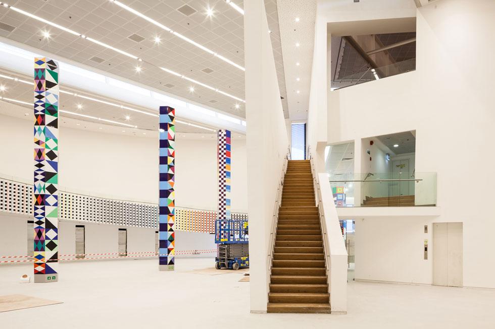 עד שהעבודות יגדשו את האולמות, אפשר ליהנות משקט ויזואלי. בכניסה יהיה גם פסל נירוסטה בצורת הסנה הבוער, שבו משתקפת דמותו של המוזיאון (צילום: טל ניסים)