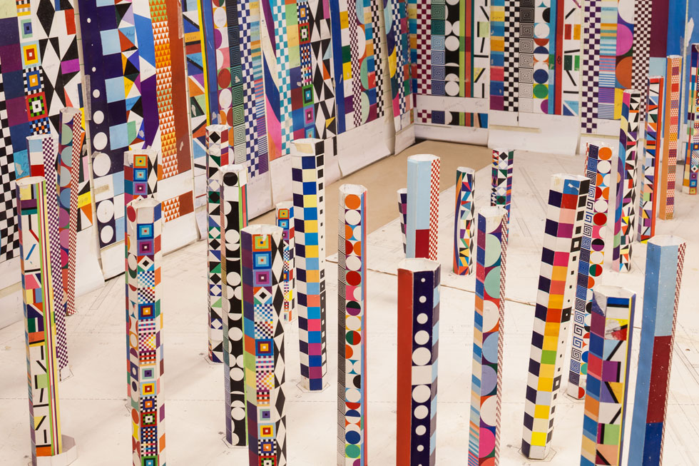 דגם קטן של העמודים הצבעוניים המיועדים לאולם התצוגה המרכזי והמעוגל (צילום: טל ניסים)