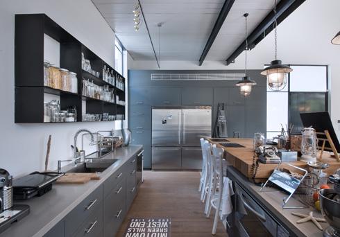 אפור, שחור, עץ וברזל גם במטבח (צילום: עמית גושר)