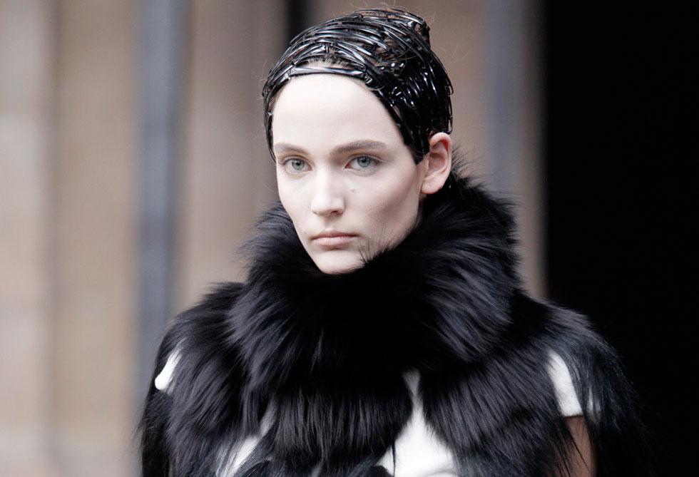הפרווה הפכה לחלק בלתי נפרד מתעשיית האופנה העולמית. אלכסנדר מקווין (צילום: www.fur-style.com)