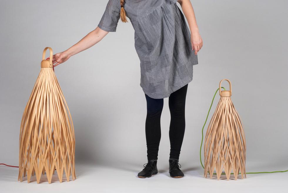 יואן קאפה הוא מעצב שוודי צעיר שהוזמן ליריד ומציג מנורות שצורתן, דרך הייצור שלהן ודרך השימוש בהן שואבות השראה מסלים קלועים (צילום: באדיבות צבע טרי)
