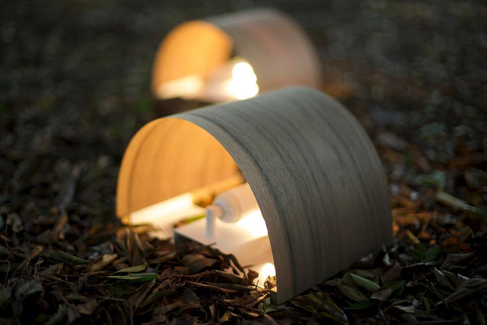 מנורות קיר מינימליסטיות של סטודיו ויהי, שעשויות פורניר דק מסוגים שונים של עץ. האור מדגיש את הגוון השונה של העצים השונים (צילום: באדיבות צבע טרי)