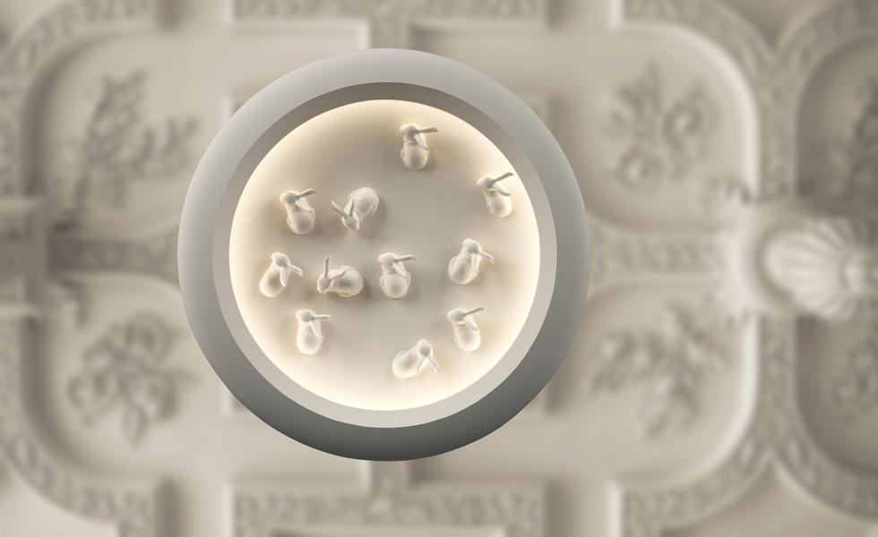 סטודיו קאהן, שמתמחה ביציקות קרמיקה, יציג ביריד סדרת מנורות ראשונה. מנורת הארנבונים שבתמונה צמודה לקיר ושטוחה מהצד (צילום: באדיבות צבע טרי)