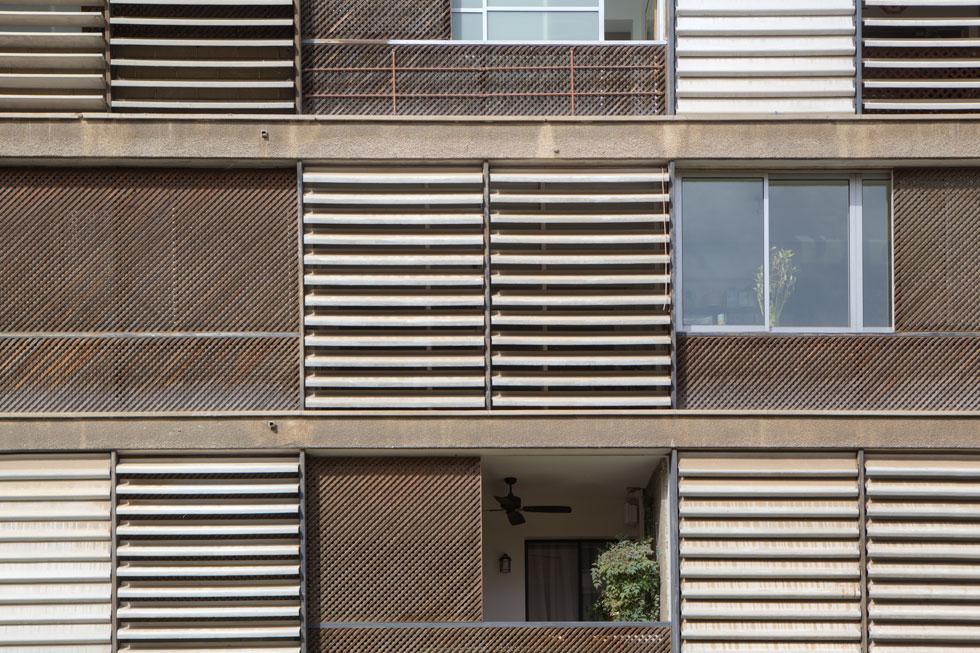 בניין המגורים ברחוב שמריהו לוין 17 בת''א, אף הוא ברשימת השימור הברוטליסטית. ''רעיון מופרע'', תוקף בר אור (צילום: עמרי טלמור)