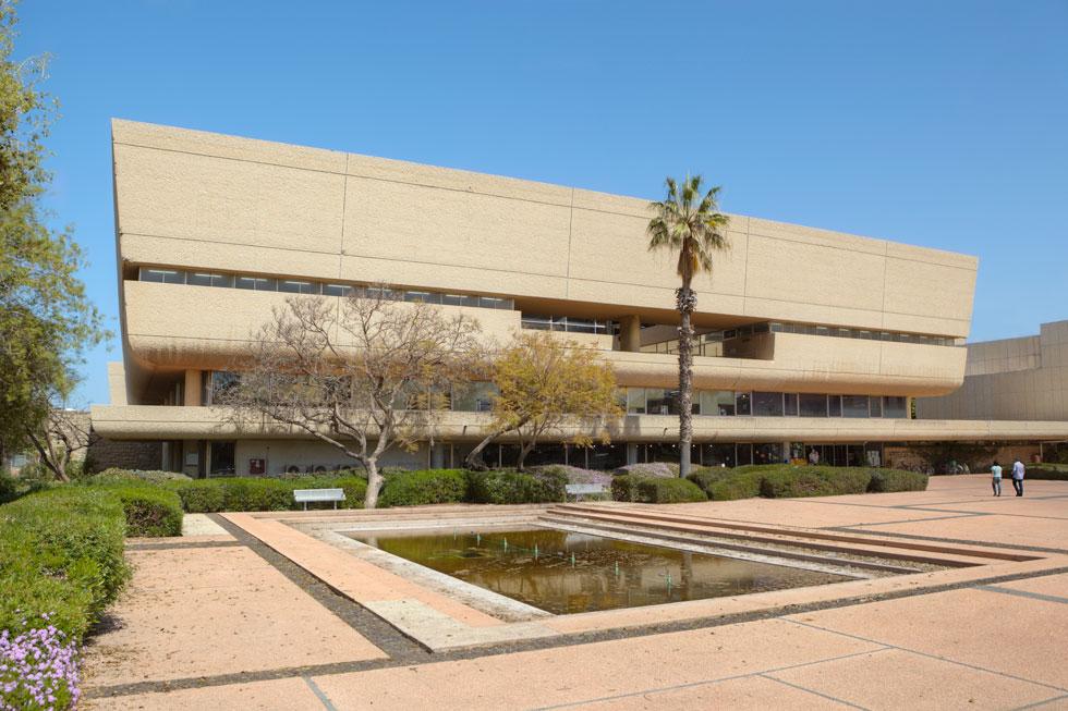 הספרייה המרכזית (סוראסקי) באוניברסיטת תל אביב היא אחד המבנים הידועים של נדלר ושותפיה למשרד. נכנס לרשימת השימור העירונית - לחצו על התצלום לסיפורו המלא (צילום: עמרי טלמור)