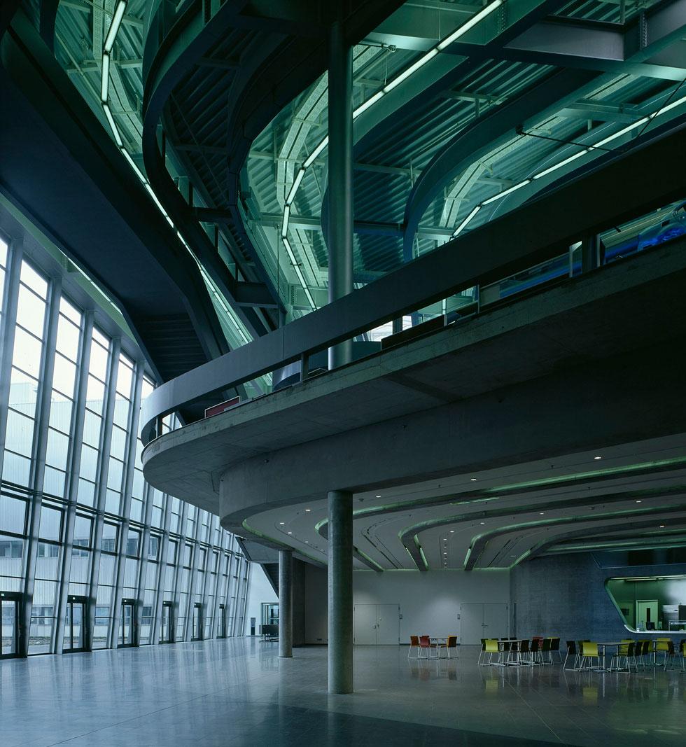 אחד הפרויקטים הראשונים ששמו אותה על המפה העולמית: מטה חברת הרכב BMW בלייפציג, גרמניה (צילום: Helene Binet)