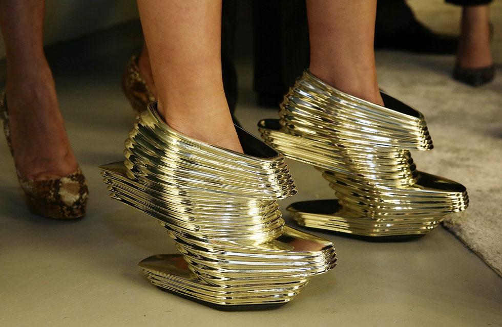 ממגדלים ועד נעליים: הסגנון האישי של חדיד עבר ממקרו למיקרו - עם שורה של פריטי עיצוב ואופנה, כמו זוג הנעליים הזה בהשראת בנייניה (צילום: gettyimages)