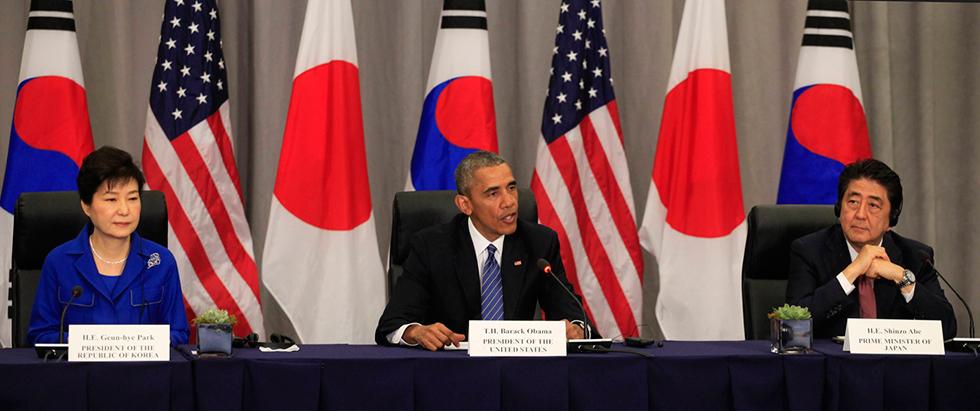 """בעלות בריתה של ארה""""ב ישלמו יותר כסף על הנוכחות האמריקנית בשטחן? ראש ממשלת יפן שינזו אבה (מימין), ברק אובמה ונשיאת דרום קוריאה פארק ג'ן-הייאה (צילום: MCT)"""