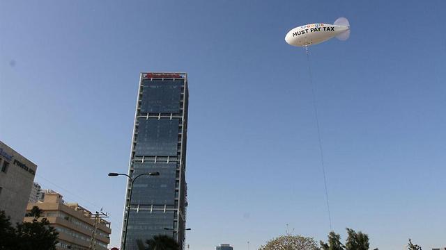 """צפלין מול משרדי גוגל בישראל, הבוקר בת""""א (צילום: עידו ארז) (צילום: עידו ארז)"""