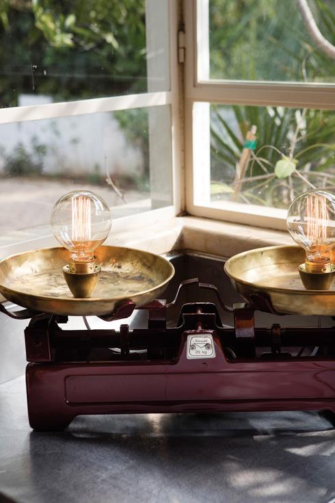 מאזניים של פעם קיבלו רענון: צבע חדש, בתי מנורה ונורות לד  (צילום: עדי גלעד, הפקה וסגנון: קרן ברק)
