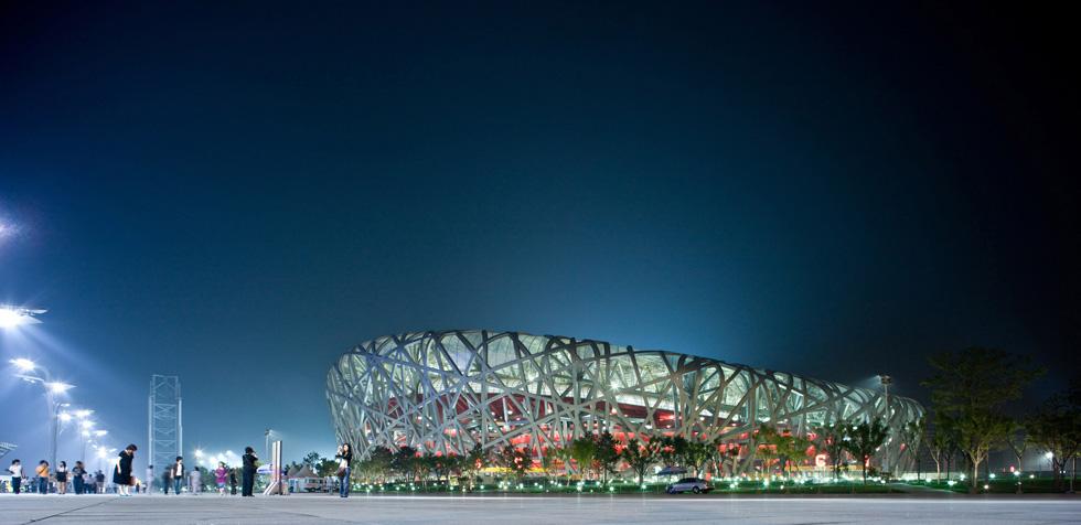 כנראה הפרויקט הכי ידוע של המשרד: אצטדיון ''קן הציפור'' בבייג'ין. הזיקה של הפרויקטים לפיסול ניכרת לעין, אך הרצוג מדגיש שמדובר בפרקטיקות נפרדות (צילום: Iwan Baan)