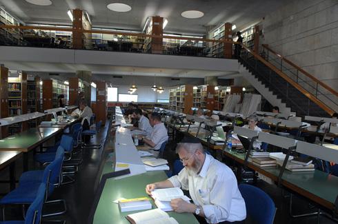 הספרייה הלאומית בגבעת רם, בתכנונם של חנן הברון וזיוה ארמוני, נחנכה ב-1960. כאן יש אולמות קריאה שונים; בספרייה החדשה זה יהיה אולם מרכזי (צילום: מאיר אזולאי )