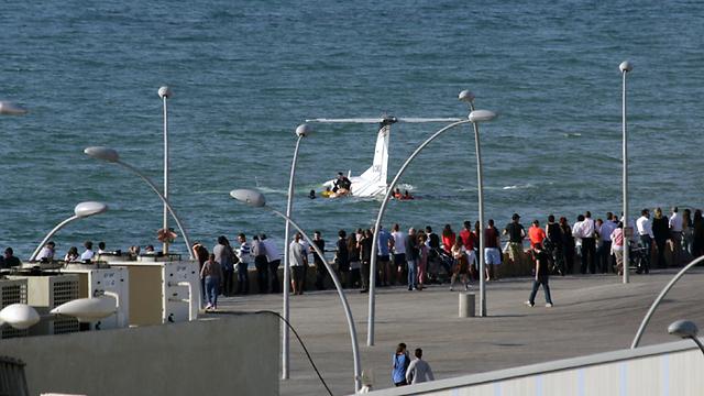 המטוס שוקע מול נמל תל אביב (צילום: ניר יניב) (צילום: ניר יניב)