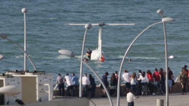 אחד הטייסים נוטש את המטוס  (צילום: ניר יניב) (צילום: ניר יניב)