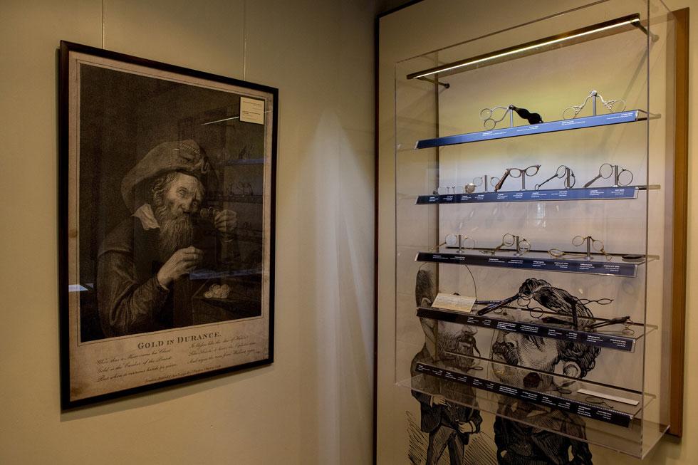 תיעוד ההיסטוריה של המשקפיים מאז תחילת המאה ה-11 ועד היום. המוזיאון לאופטיקה ותרבות חזותית (צילום: אורית פניני)