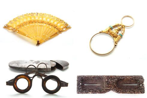משמאל למעלה, עם כיוון השעון: מניפה אופטית לאופרה מ-1820, מונוקול זהב וטורקיז מ-1850, משקפיים מעצם לווייתן מהמאה ה-19, משקפיים לתיקון ראייה של בנג'מין מרטין מ-1730 (צילום: איתי סינדל)