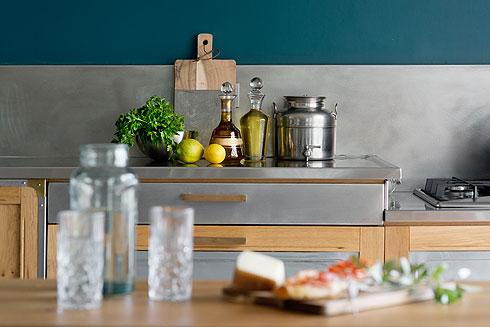 """""""מאסתי במטבחים הלבנים הפלסטיים"""", מנמקת דינה את בחירת החומרים (צילום: גדעון לוין)"""