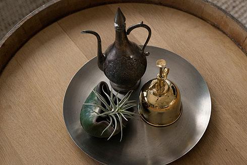 שולחן שמזכיר מגש (צילום: גדעון לוין)