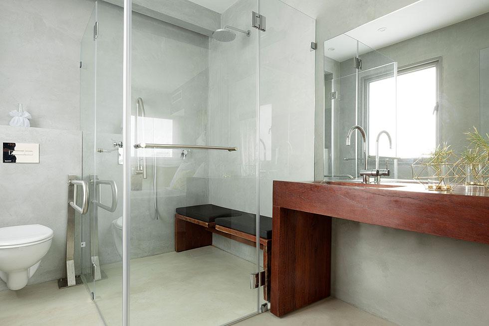 חדר הרחצה שצמוד למיטה משמש בעיקר את בעל הבית ומותאם כולו לכיסא גלגלים (צילום: גדעון לוין)