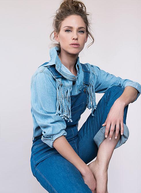 """אוברול ג'ינס, נמורו 13, 1,125 שקל; חולצת ג'ינס פרנזים, עדיקה, 89 שקל (צילום: עידו לביא, סטיילינג: מיקי ממון ל""""סולו"""")"""