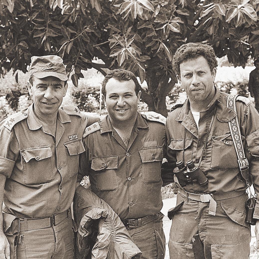 """לבנון, 1982: דגן (במרכז) עם יוסי בן חנן (מימין) וחיים נדל (למטה: סמל סיירת רימון). דגן: """"הבעיה בלבנון הייתה שלא יצאנו מהר"""""""