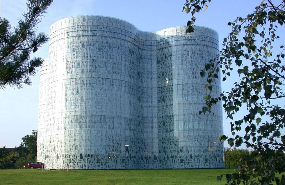 הספרייה באוניברסיטת קוטבוס, גרמניה. גם בספרייה הלאומית, החומריות של המעטפת היא אלמנט דומיננטי (צילום: Stormfighter, cc)